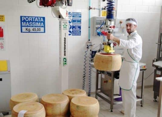 Manipuladores industriales INDEVA para el manejo ergonómico y seguro del queso, a través de un gancho de acero inoxidable.