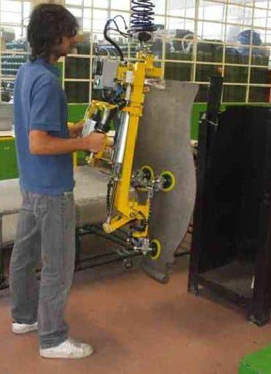 Los manipuladores industriales INDEVA, equipados con dispositivos de rotación de la carga, están diseñados para permitir la introducción del motor endotérmico en el interior de un habitáculo.