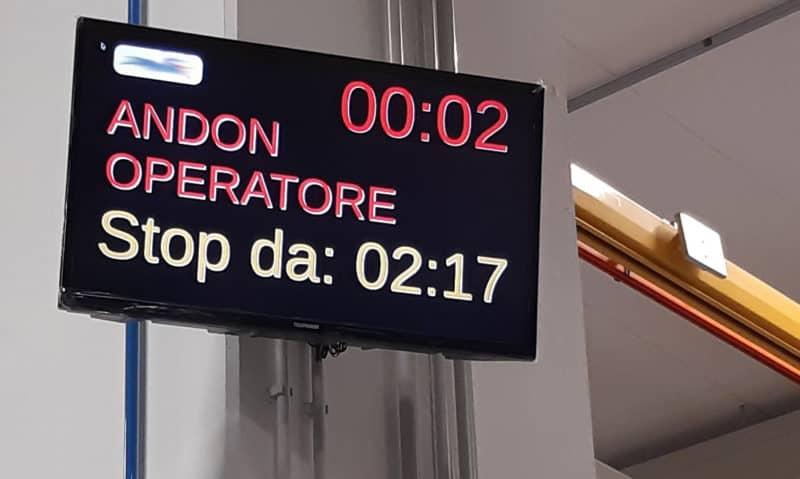 A lo largo de la línea de producción se han instalado 10 pantallas conectadas a Wi-Fi, que se comunican con el supervisor de INDEVA®, lo que permite a cada operador estar al tanto de las secuencias.