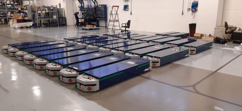Línea automática AGV perfectamente integrada en una compleja planta de producción.