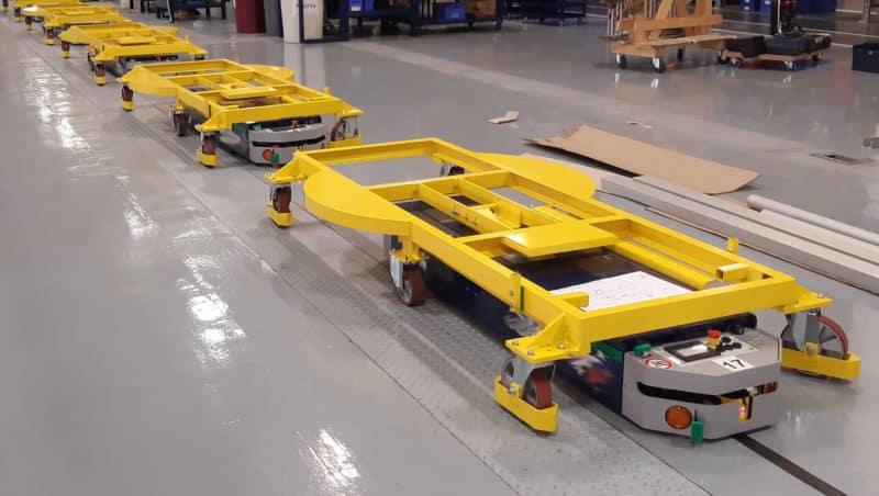 El AGV puede elegir entre una estación de embalaje u otra dependiendo del tipo de máquina transportada.